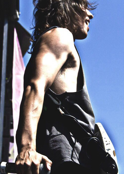 Vic Fuentes... Let's just take a second to appreciate his arms. Damn