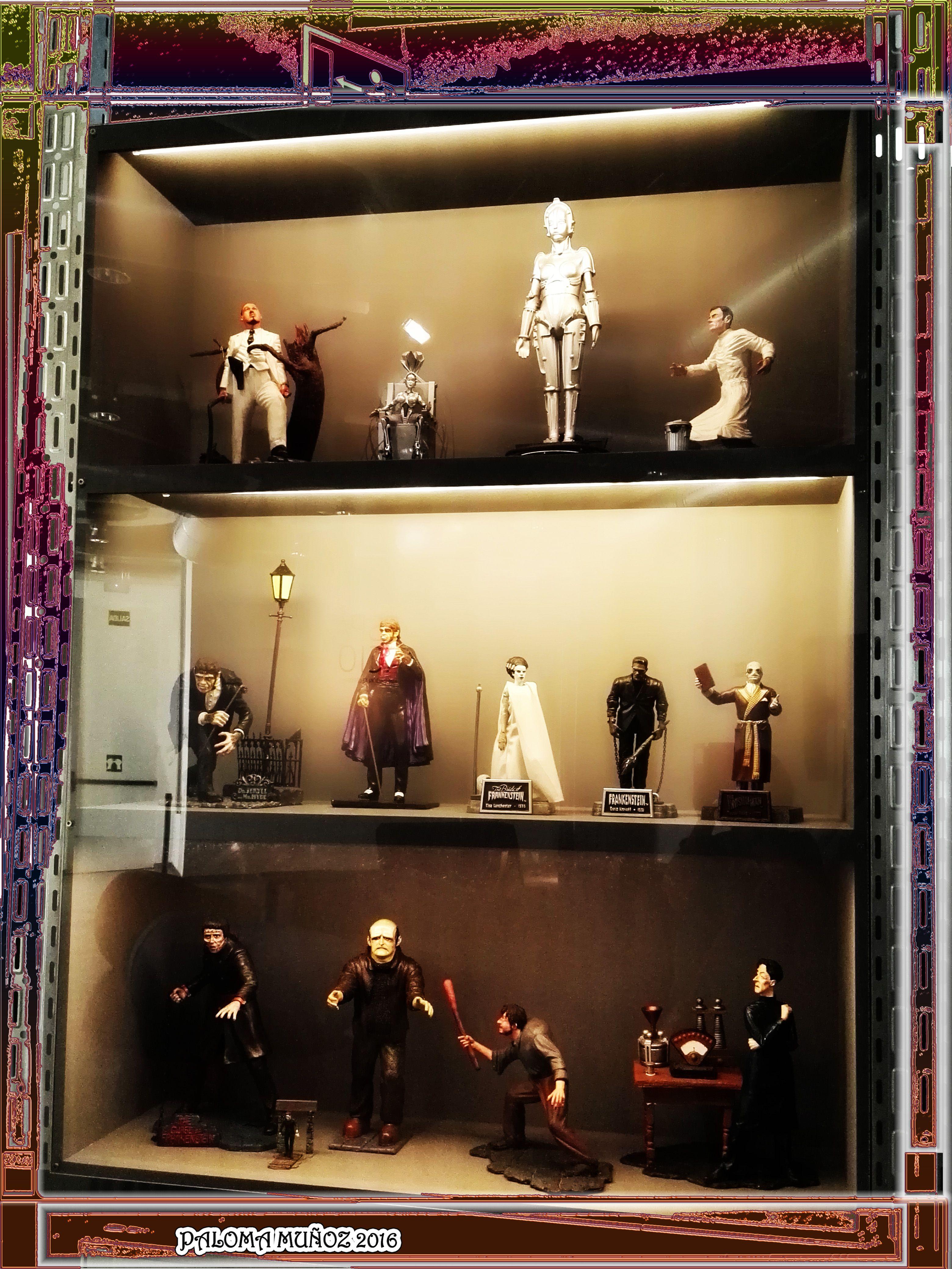 La vitrina con los monstruos del laboratorio del terror. The showcase with monsters horror lab