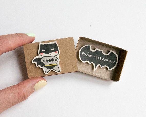 Lustige Du bist mein Batman Karte für ihn  Dieses Angebot gilt für eine Streichholzschachtel. Dies ist eine großartige Alternative zu einem Valentine/Hochzeitstag. Überraschen Sie Ihre lieben mit niedlichen private Nachricht in diese wunderschön gestalteten Streichholzschachteln versteckt!  Jeder Artikel ist handgefertigt aus einer echten Streichholzschachtel. Die Designs sind hand gezeichnet, auf Papier gedruckt und dann von hand zusammengebaut, um jeden einzelnen Streichholzschachtel eine beso