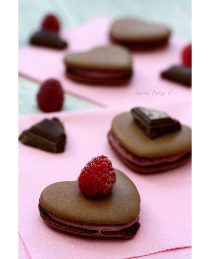 """Macarons """"coeurs"""" au chocolat et framboise - Recette par Amandine Cooking"""