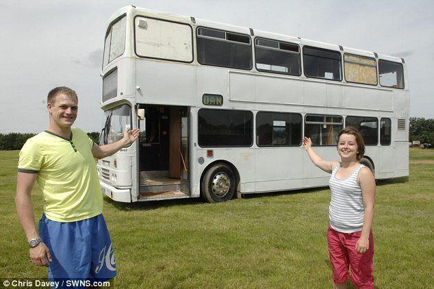 Эта пара не платит ипотеку, а живет в двухэтажном автобусе ...