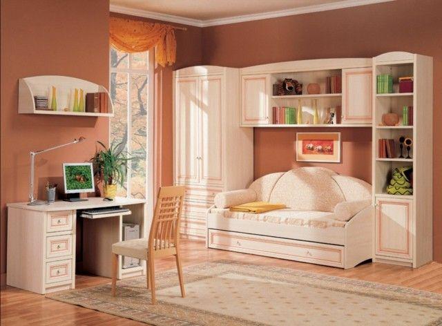 paredes en color rosa salmón y muebles de madera blancos