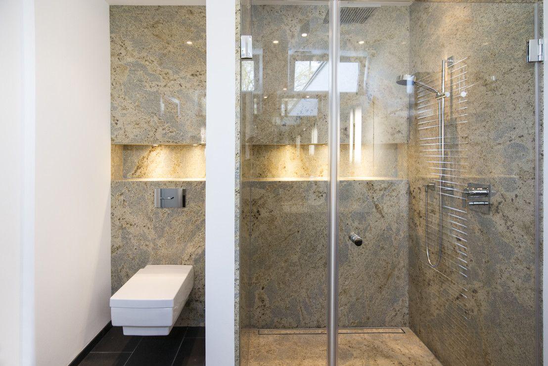 ein luxuri ses bad mit naturstein dusche beleuchtung. Black Bedroom Furniture Sets. Home Design Ideas