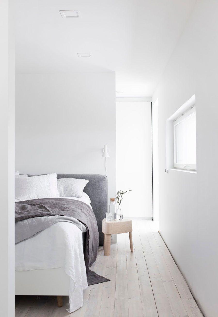 Schlafzimmer Minimalistisch Bett Kopfteil Grau Weiß Holzboden Hell Schlicht