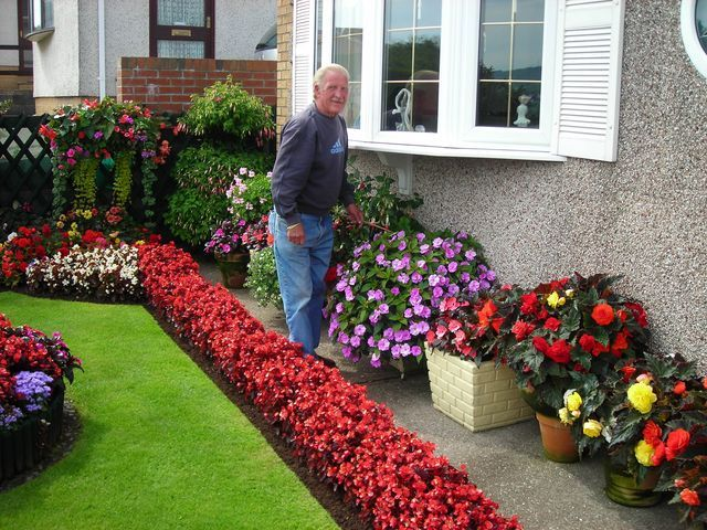 Pretty garden ideas your front garden is the first thing for Front yard flower garden ideas