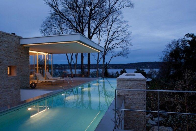 Cette maison spectaculaire dispose dune terrasse bois composite panoramiquedonnant sur le lacet éclairée chaque matin par les rayons du soleil cette vill