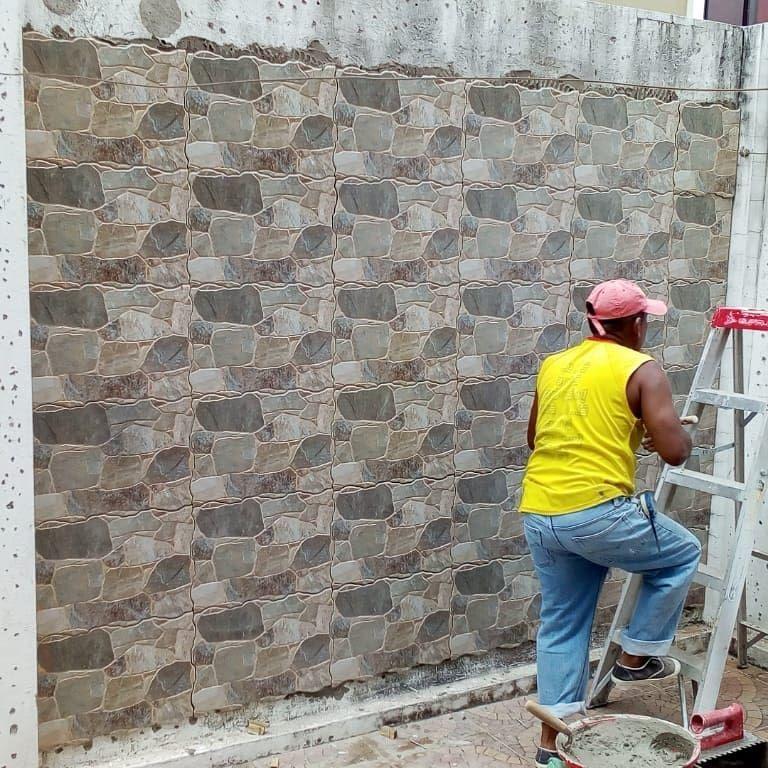 Revestimiento De Paredes Con Ceramica Modelo Piedra En Alto Relieve Y En Proceso Fabricacion De Barbacoa