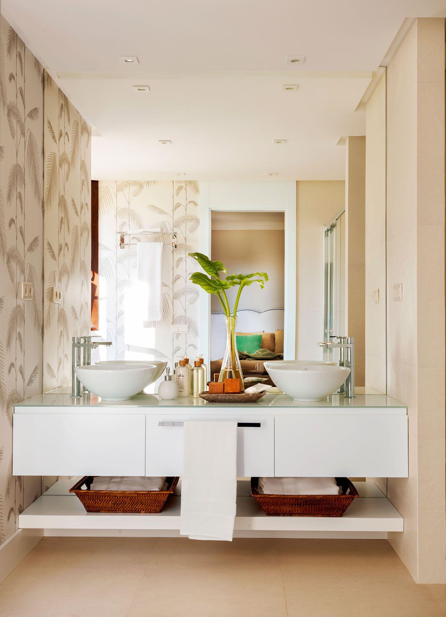 Master bedroom ensuite design  Baño con lavamanos doble mueble bajolavabo volado y paredes con