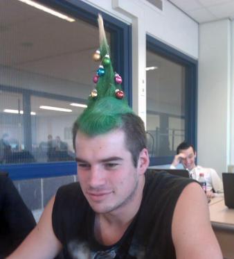 ¿Os gusta este peinado de arbol de navidad con bolitas y todo?  Una manera muy original de llevar siempre encima el espíritu navideño!