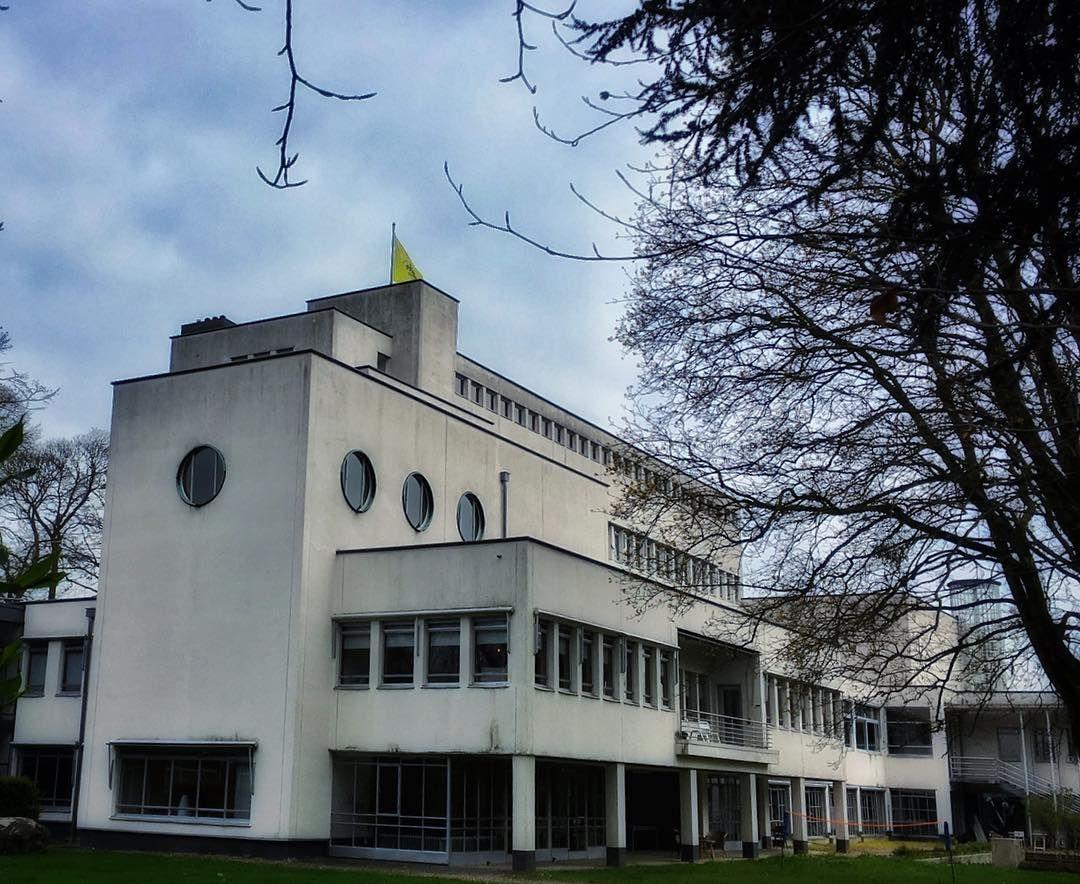 Mooi plekje in #Heerlen: het voormalige Laurentius Schrijnenhuis van architect Frits Peutz (1896-1974). #architecture #monument #rijksmonument  #superstudios #oliemolenstraat #heerlen #modernisme #retraite #modernismo
