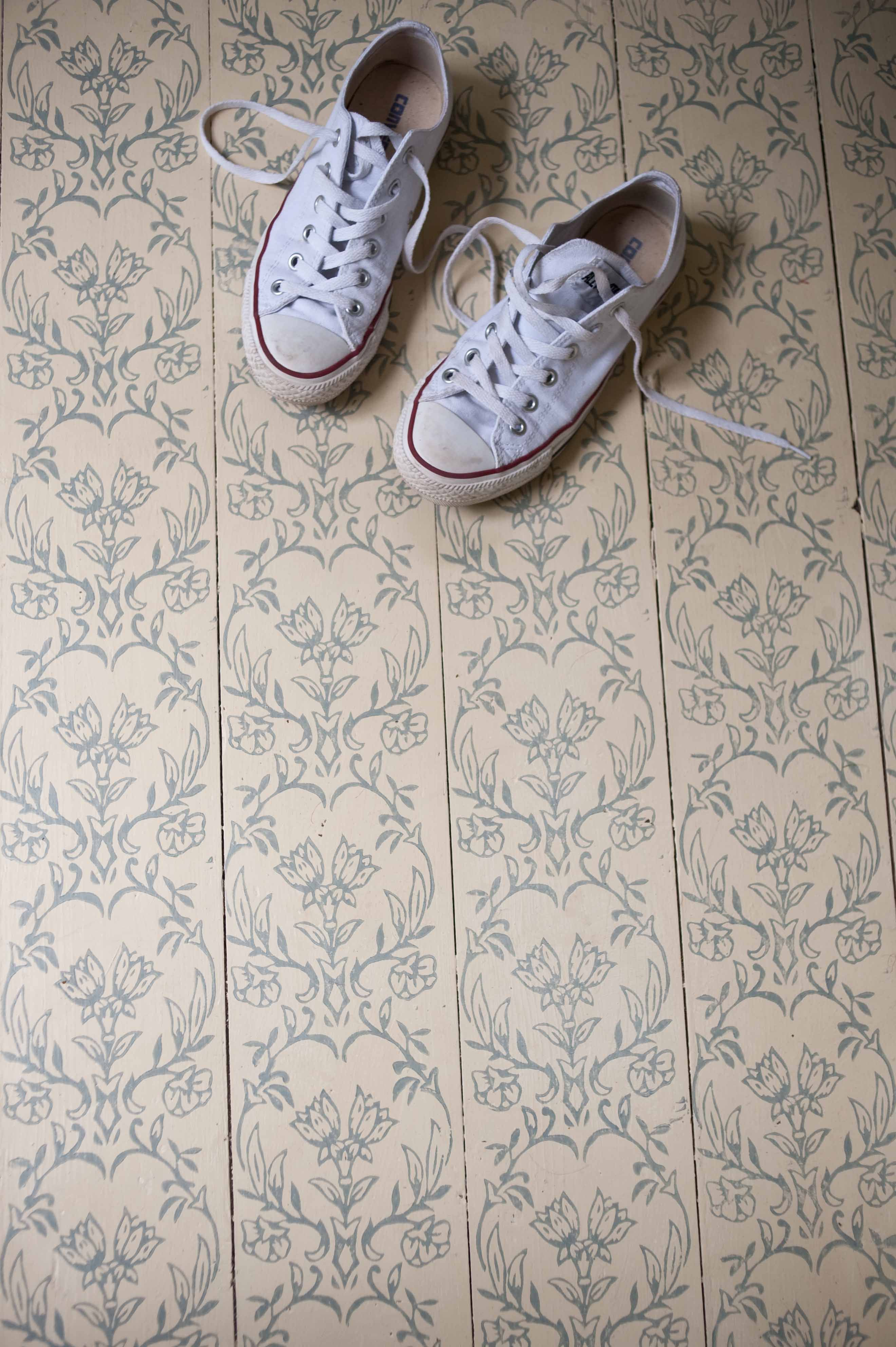 Tapet Patterned Paint Roller On Floorboards Using Annie