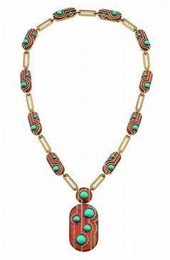 Bulgari fut l'un des joailliers adeptes des pierres dures et ornementales.  Dans les années 70, la maison affirme son style extravagant par une explosion de couleurs. Les pierres qu'elle préfère sont les plus inattendues, les moins prisées par les autres joailliers: le corail, le jade, la turquoise et la nacre.  Elle raffole aussi de la cornaline marron orangée ponctuée de touches turquoises, comme sur ce collier. Un mélange aux couleurs difficiles mais très arty, et résolument seventies.