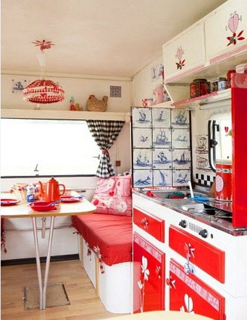 wohwagen einrichtung mit retro hauch k che in rot to go caravaning pinterest retro. Black Bedroom Furniture Sets. Home Design Ideas
