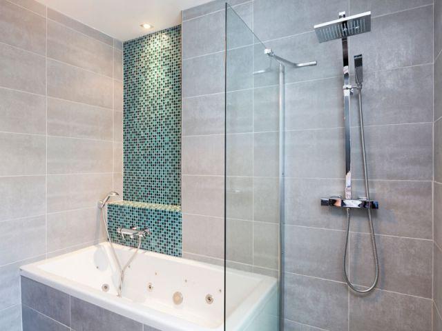 Lu0027effet dynamisant du carrelage dans une salle de bains - carrelage salle de bain petit carreaux