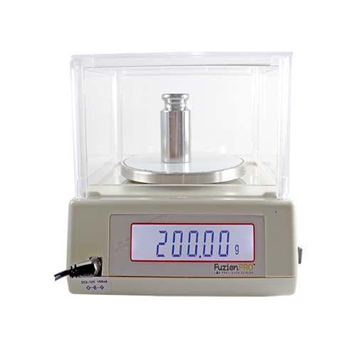 300 grms 0,01 grms Doble digito Luz de fondo azul brillante Doble pantalla (Frontal y trasera) Indicador de nivel Función de contaje Función de impresión Pesa de calibración Alimentación: red eléctrica ó 6 pilas AA (no incluidas)