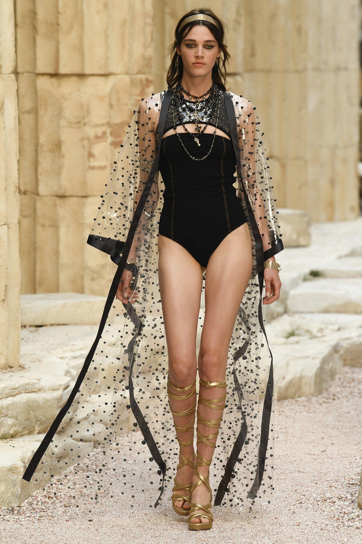 e317346fc Chanel Resort 2018 Collection Photos - Vogue   Verano mode   Moda de ...