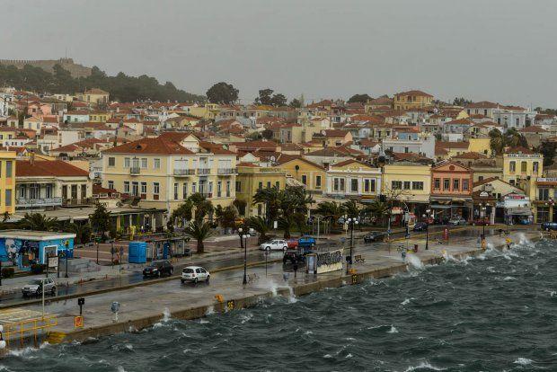 Θύελλα στο λιμάνι της Μυτιλήνης | EmprosNet.gr