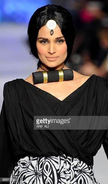 Malli esittelee Pakistan Institute of Fashion Designsin luomisen Pakistan Fashion Design Councilin toisena päivänä Sunsilk Fashion Week -tapahtumassa ...