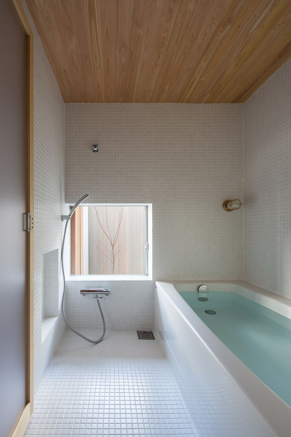 Badezimmer In Japan Plywood Interiors Provide Compact Japanese House Storage Cozy Vibes