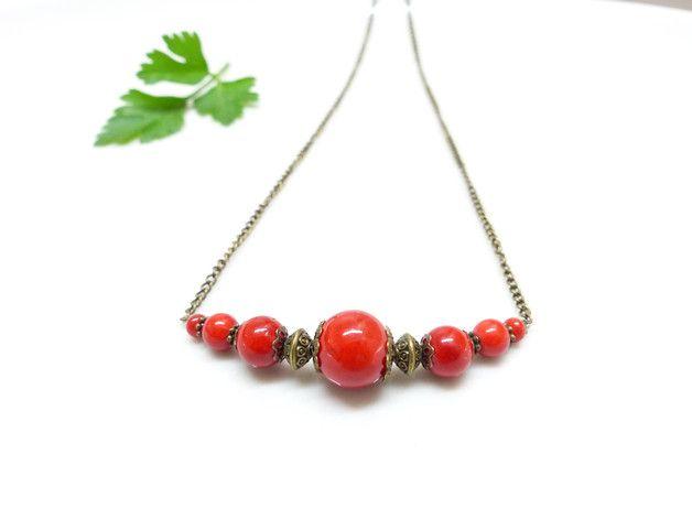 100% fait main.   Joli collier court look bohème chic.   Chaîne à maille fines en métal couleur bronze.   Perles rondes en jade rouge corail (12, 8 & 6 mm), coupelles et perles en métal...