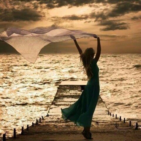 جاء المساء والسماء تملئها الغيوم خرجت سيدي لتشعر بجمال ذالك المساء وماهي إلا ثواني وحضر طيفي وسالني هل انتم بنوا البشر حقا هكذا سعداء Photo Pictures Life