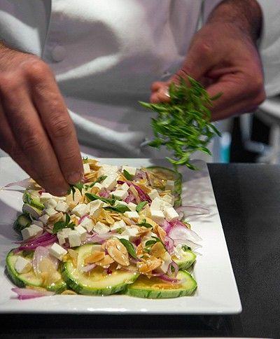 Brilhante salada de abobrinha e queijo branco com alho e amêndoas tostados