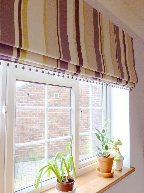 красивые римские шторы на кухню и деревянный подоконник с