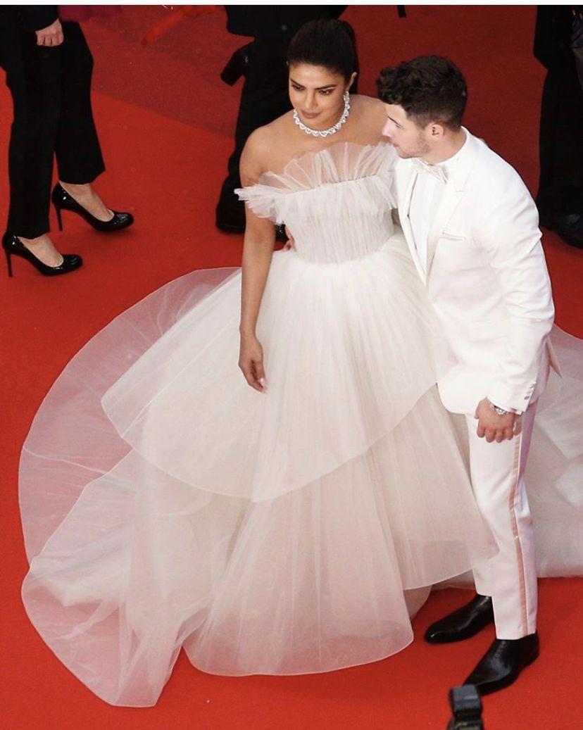 Nick Jonas Holds Umbrella For Priyanka Chopra & Proves ...