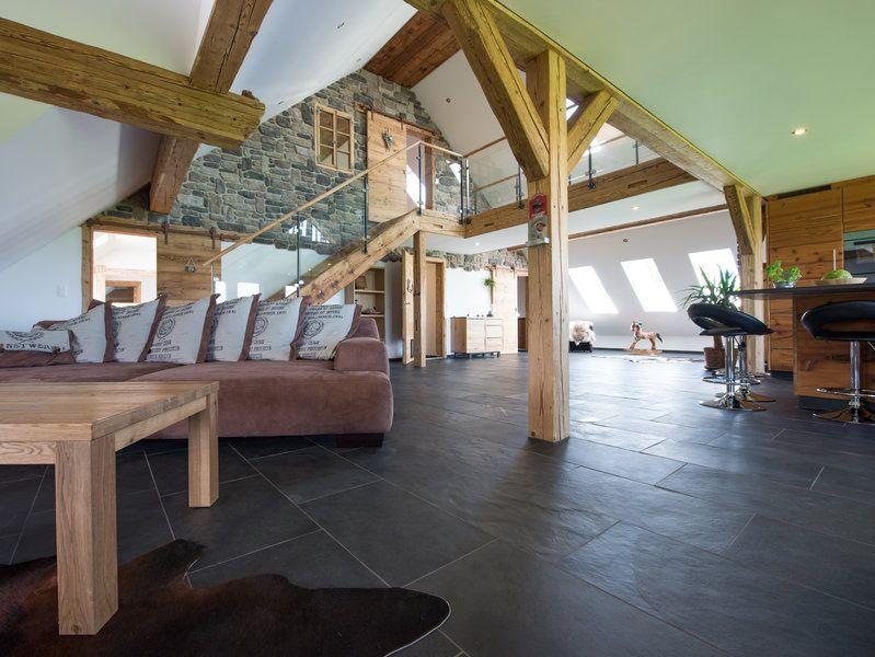 Schieferfliesen im geräumigen Wohnzimmer geben der rustikalen - moderne wohnzimmer mit fliesen