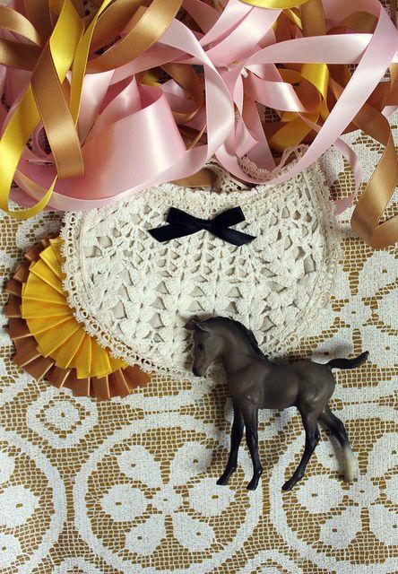crochet + bow baby bib. <3