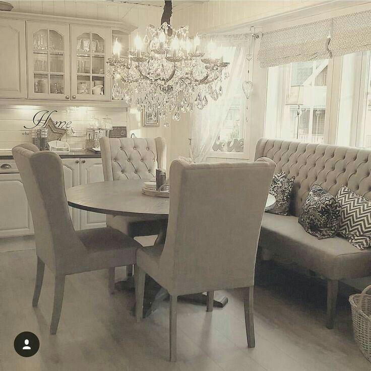 Lustre Et Chaises Capitonnees Samy Decoration Salle A Manger Banquette Salle A Manger Decoration Salle