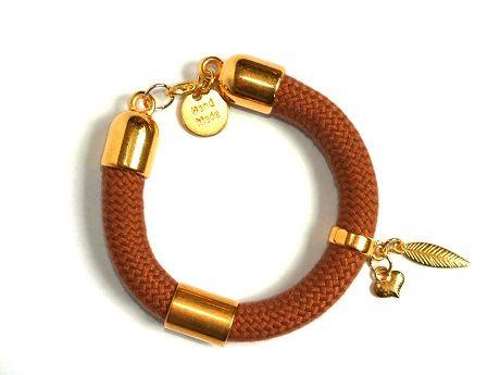 Handmade. De Dreamz armband is een prachtig sieraad met onderdelen van Europees designer quality. Helemaal leuk en de trend voor dit jaar! http://bylieske.biedmeer.nl/dreamz-gold-feather-love-diverse-kleuren