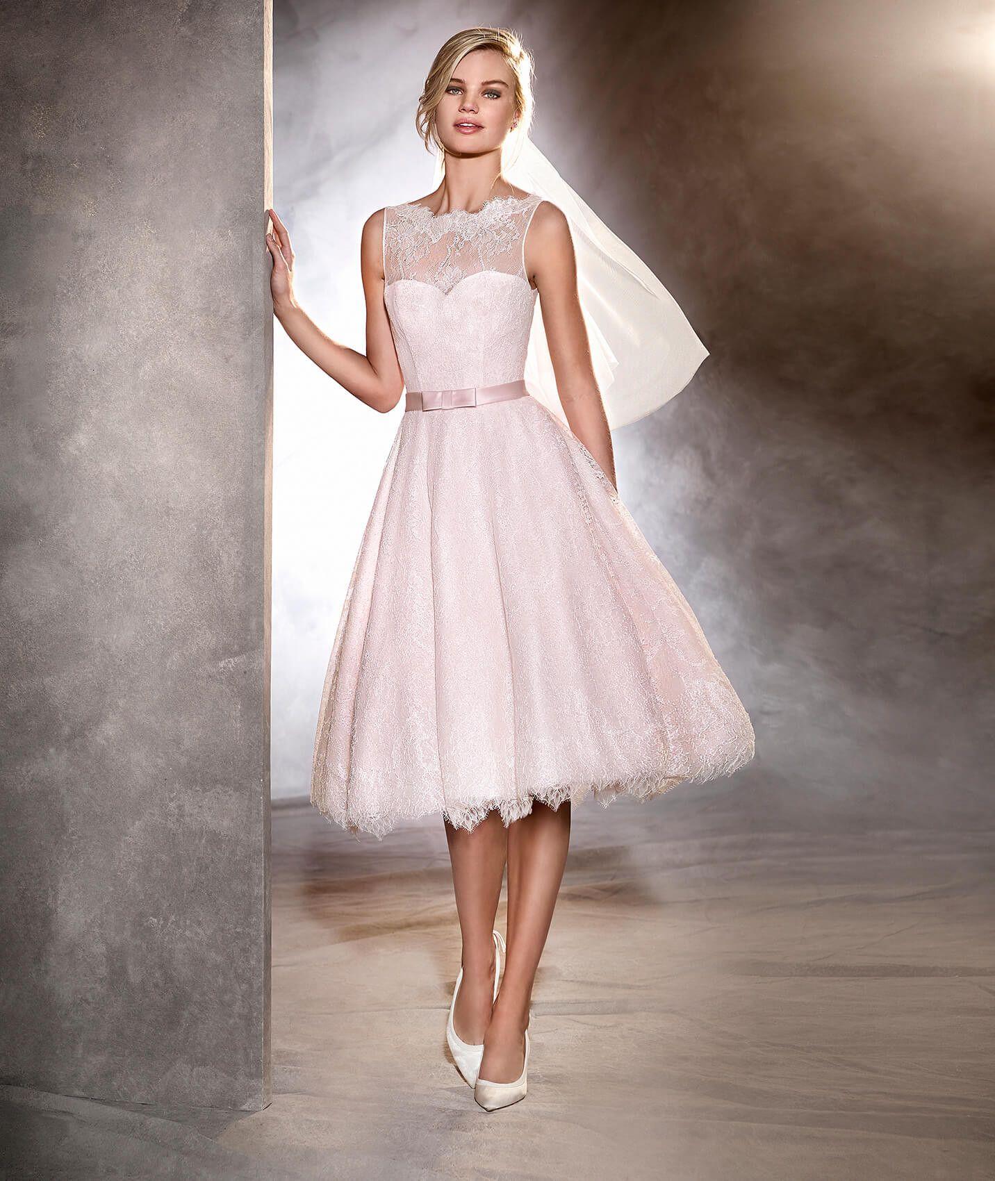 Das Modell Odri ist ein kurzes Brautkleid im Lady-Stil aus Tüll und ...