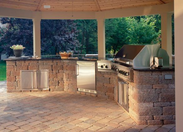 This Outdoor Kitchens Use Multiple Angles And Countertops Galore To Create Expansive Grilling Statio Built In Outdoor Grill Outdoor Kitchen Design Grill Design