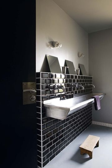 Deco noir et blanc table salon Black tiles, Trough sink and Sinks - Decoration Salle Salon Maison