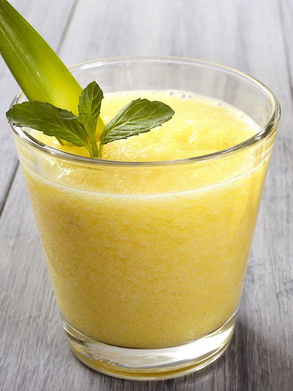 Centrifugato all'ananas e finocchio: un cocktail di vitamine drenante, perfetto per migliorare la cellulite e la ritenzione, e ricco di sali minerali.