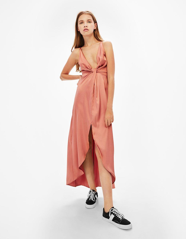 0745bc4877 Długa satynowa sukienka z węzłem przy dekolcie - Sukienki - Bershka Poland