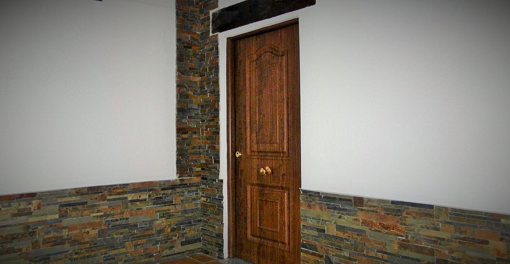 Acabado exterior casa prefabricada de hormigon zocalo de piedra de