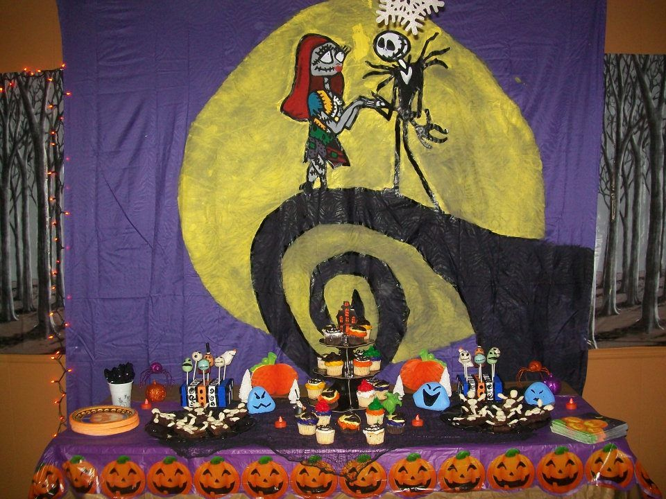 theme queen nightmare before christmas halloween party link to pics of diy decorations for a party i lile the table setting