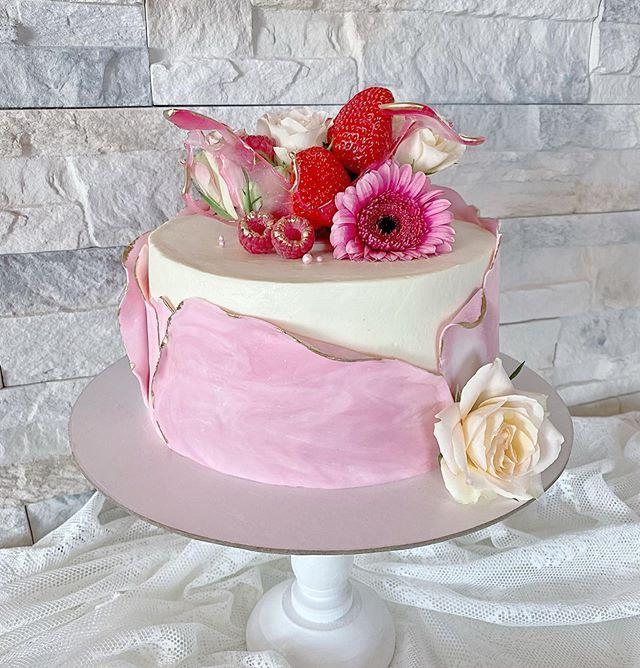 Thanks to jana_cakes4ever for sharing Strawberry Topper Cake design idea with lovelytutorials.com ❤️ #cake #cakedecorating #cakedesign #madewithlove #torte #tortendesign #torten #tortenbremen #tortenoldenburg #familytime #teetime #торт #торткчаю #тортдлядевушки #тортнаденьрождения #birthday #birthdaycake #handmadewithlove #Lovelytutorials