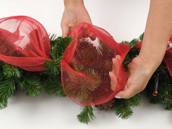 Decora la puerta de tu casa con guirnalda de malla for Guirnaldas para puertas navidenas