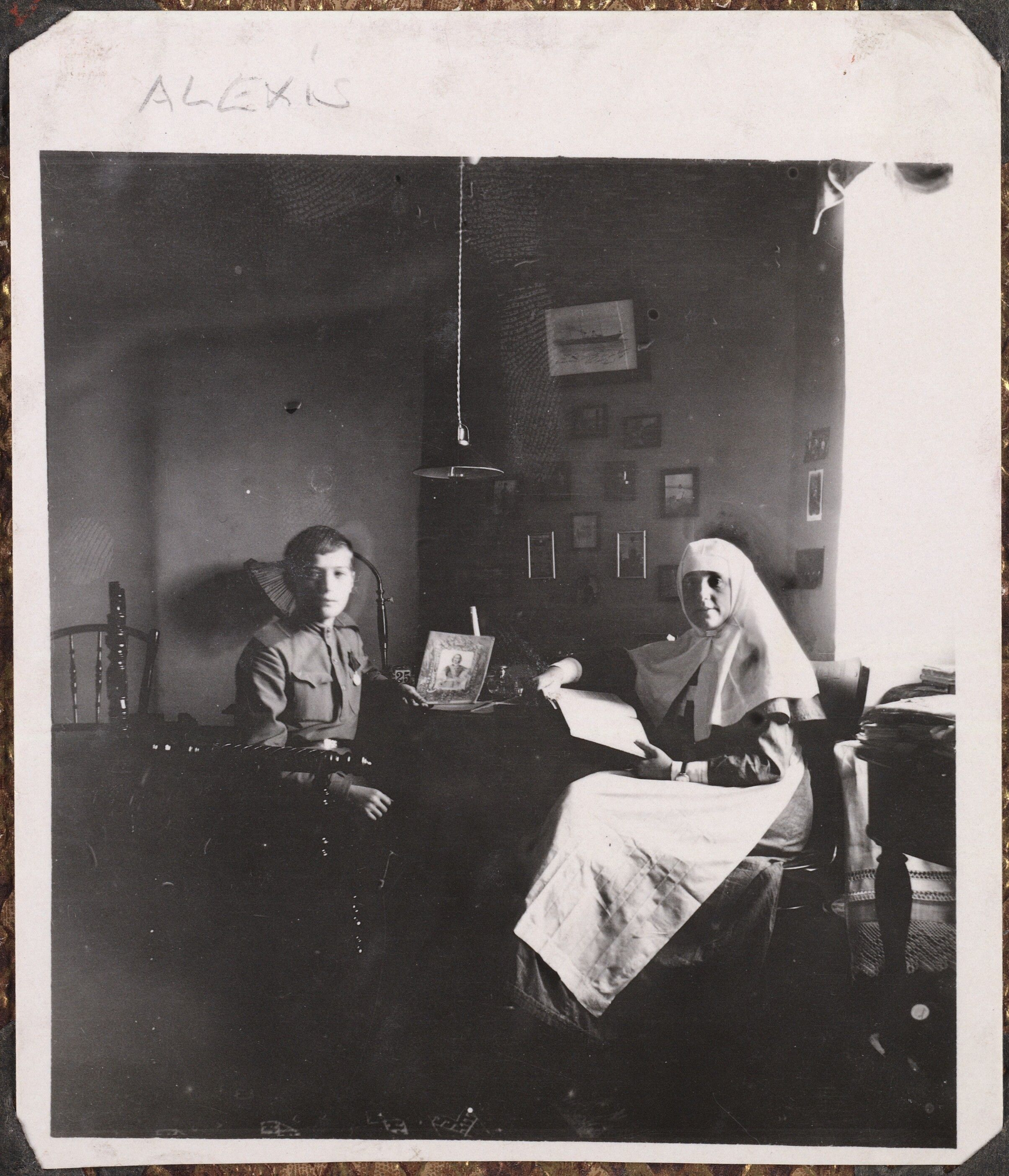 Fotografias da família no exílio: Czarevich Alexis e uma enfermeira, cerca 1916.