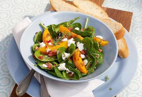 Fruchtig, frisch und farbenfroh - das ist unser Spinatsalat. Entdecke ein knackfrisches Rezept mit Spinat, Pfirsich und Ziegenkäse.