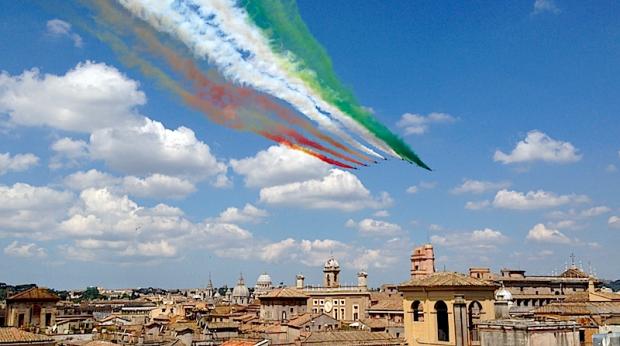 """""""@MuseoCaproni: #FestadellaRepubblica... ecco il passaggio su Roma delle Frecce Tricolori """" @MarkRWheeler2"""