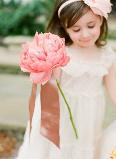 270563e29 Flower Girl Basket Alternatives: mini bouquet, single flower or hand out  stems | Photo: KT Merry