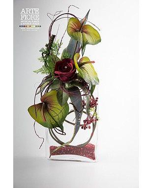 Composizione di fiori artificiali con anthurium e rose - Centrotavola natalizi con fiori finti ...