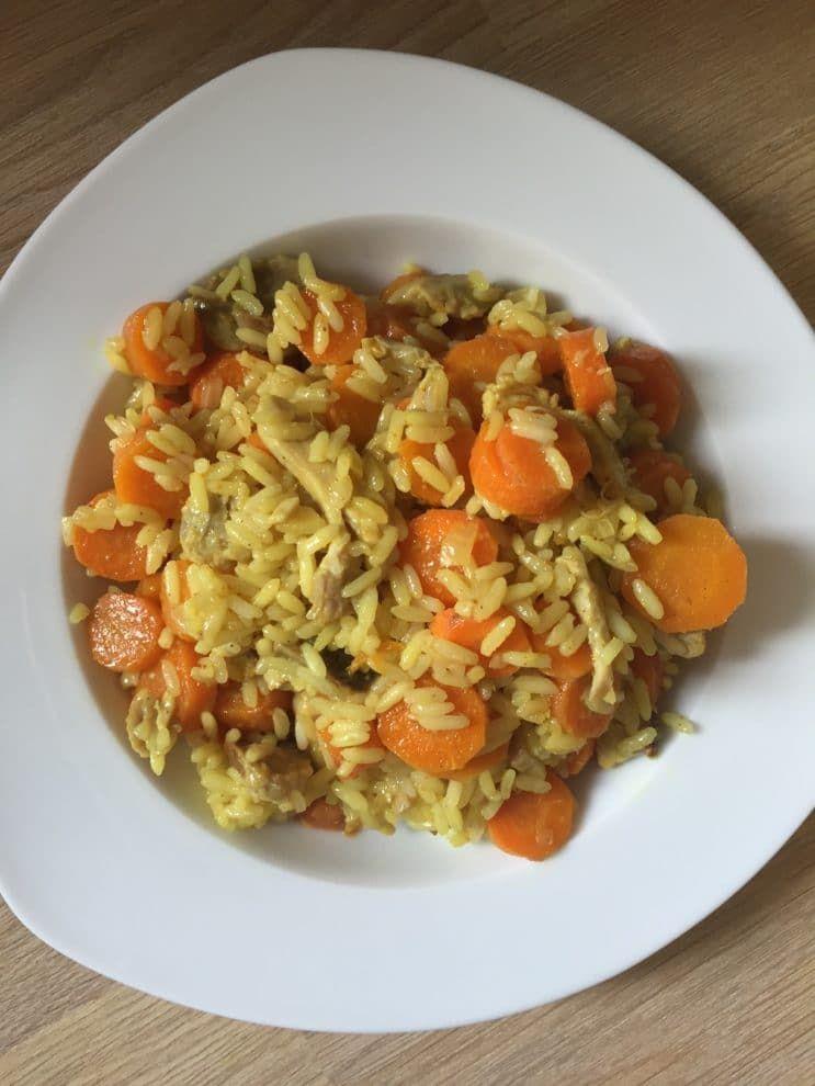 Wok de poulet, carottes et riz au curry