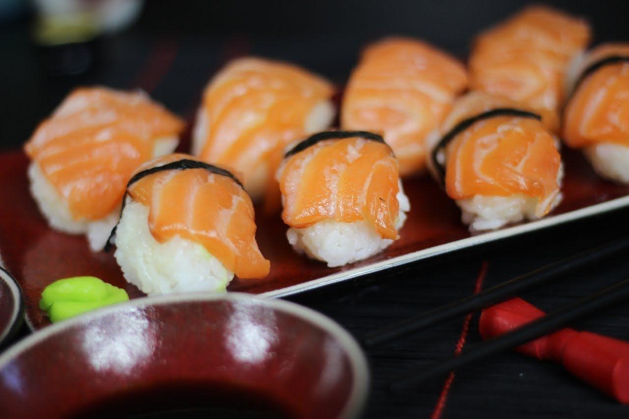 Jak Zrobic Nigiri Sushi Z Lososiem Przepis Video Na Smaczne I Latwe W Przygotowaniu Nigiri Losos Idealnie Nadaje Sie Do Przygotowa Sushi Nigiri Nigiri Sushi