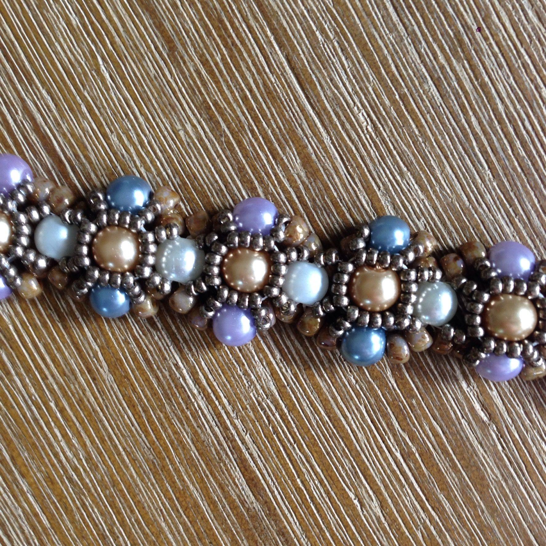 Deze kleurrijke armband is gemaakt met glasparels en SeedBeads. Patroon is Barcelona Bracelet van Wescott Jewelry.