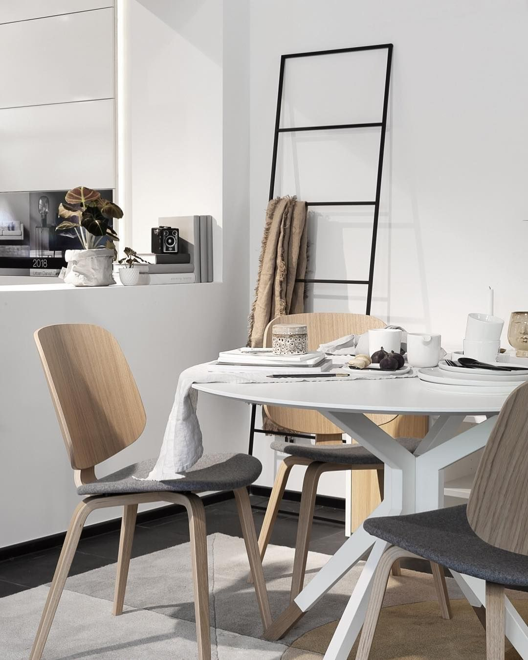 I created this cozy styling with the Billund dining set at Boconcept - You can vote for your favorite Billund styling over on the@boconcept_deutschland account and get a chance to win a 250 euro voucher. Voting ends October 25th at 8:00 #boconcept #sponsored #diningcompetition